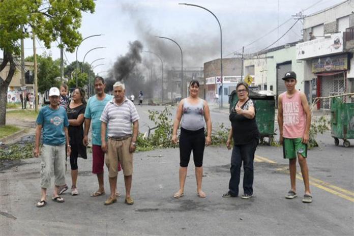 Photo of Vecinos molestos porque continúan sin luz desde el miércoles