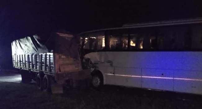 Photo of Accidente fatal en Coronda: chocaron un camión y un colectivo que trasladaba futbolistas