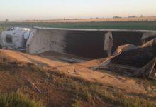 Photo of Camión cargado de trigo despistó y volcó en autopista