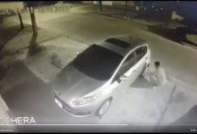 Photo of Video: robaron la rueda de un auto en solo 40 segundos