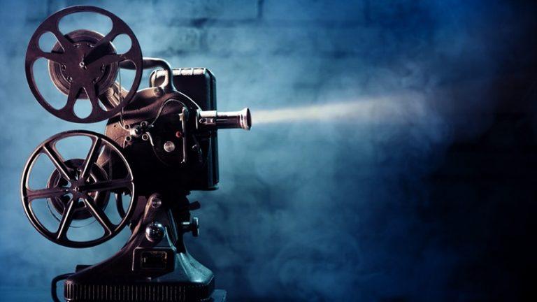 Photo of Cine en cuarentena: un joven proyecta películas en un paredón para chicos de un hogar