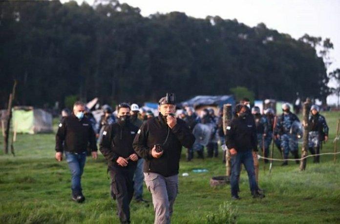 Photo of Con 4 mil policías, Sergio Berni comenzó el desalojo del predio en Guernica
