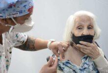 Photo of Vacunaron a la Vieja Amelia, la fanática hincha de Newells de 96 años