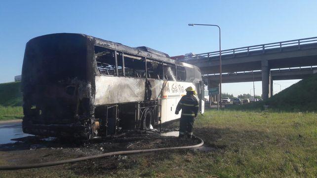 Photo of Se incendió un colectivo en la autopista Rosario – Buenos Aires